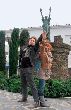 На фоне статуи Свободы Сергей и Елена изобразили символ России — скульптуру Веры Мухиной «Рабочий иколхозница»