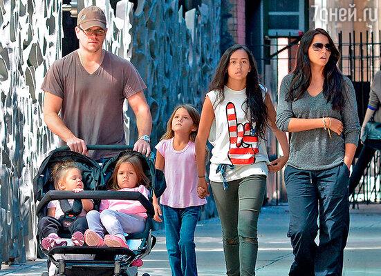 Мэтт Дэймон с дочками Стеллой, Джиа, Изабеллой, Алексией и женой Лусианой на прогулке в Нью-Йорке