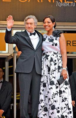 Де Ниро иГрейс Хайтауэр  даже пытались развестись— актер заявил, что жена его избивает. Но в итоге супруги помирились ивэтом году отпраздновали 17-летие совместной жизни