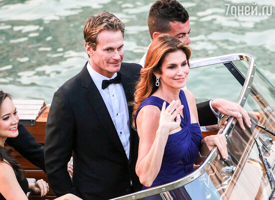 ...партнер Клуни побизнесу Рэнди Гербер с женой Синди Кроуфорд