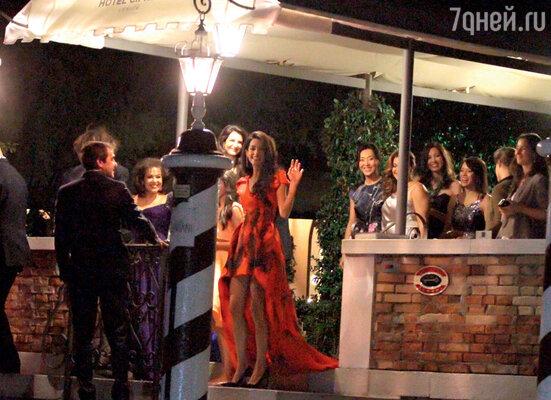 Первый вечер Джорджа и Амаль в Венеции. Поприветствовав поклонников, парочка разошлась по отдельным вечеринкам. Клуни отправился на мальчишник, аАламуддин — на девичник