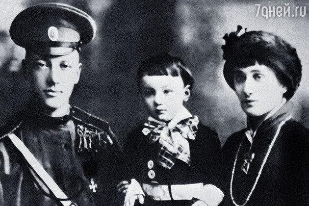 Николай Степанович с женой Анной Ахматовой и сыном Львом