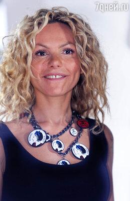 И дополнила образ пластиковым ожерельем «Chanel»