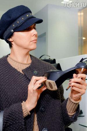 Ольга Шелест на открытии обувного бутика. 2013 год