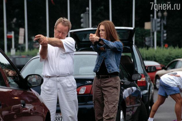 Джулианна Мур с режиссером Ридли Скоттом во время съемок фильма «Ганнибал»
