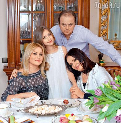 София Ротару с сыном Русланом, невесткой Светланой и внучкой Соней