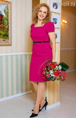 Благодаря работе в гардеробе ведущей часто случаются пополнения. Это элегантное платье-футляр Алла получила в подарок от английского режиссера, снимавшего проморолик ее новой программы «Дочки vs матери»...