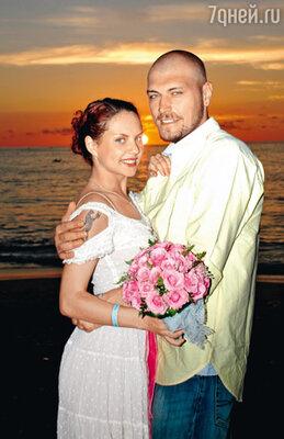 «Венчались мы на Бали. Стояли на пляже, кругом был океан, и священник читал молитву. В какой-то миг все померкло, я видела только глаза своего мужа... С того дня мы с Лешей считали себя семьей»