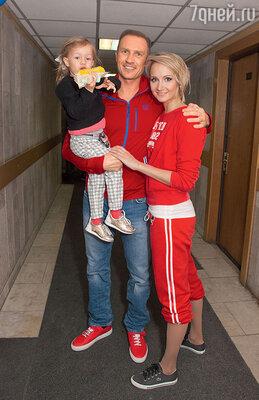 Оксана Домнина и Ромаан Костомаров с дочерью