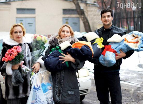 Из роддома Машу встречают мама Наталия Ивановна и Георгий. Декабрь 2011 г.