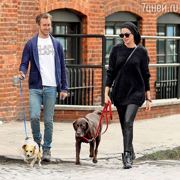Энн Хэтэуэй с мужем Адамом Шульманом и любимцами семьи. 2014г.