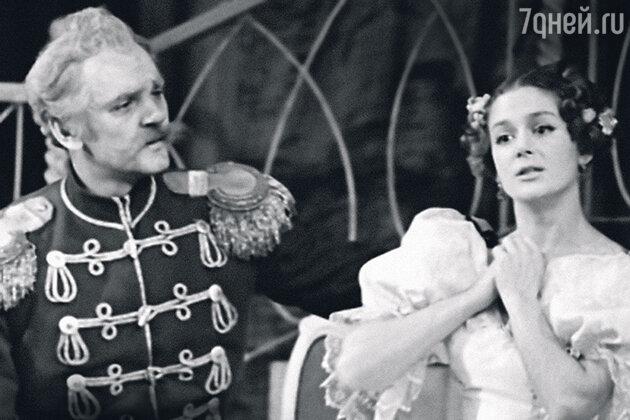 «...и женился на актрисе Кате Райкиной, которая подарила ему сына. Все началось с того, что они играли влюбленных в спектакле «Дамы и гусары». И так получилось, что эти отношения перетекли в жизнь»