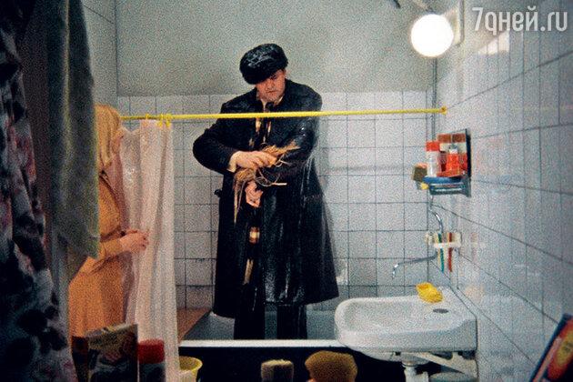 «После фильма к Юре пришла повальная узнаваемость. Больше всего людям запомнилось, как он в пальто мылся в ванне. Яковлеву вслед кричали: «О, горяченькая пошла!» Эту фразу Юрка придумал сам, хотя на него лили холодную воду»