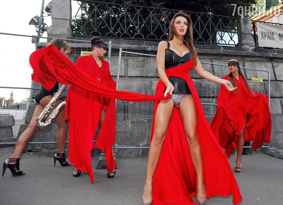 Сексапильную  Анну Седокову ветер ничуть не смутил, а наоборот помог продемонстрировать всю красоту ее наряда