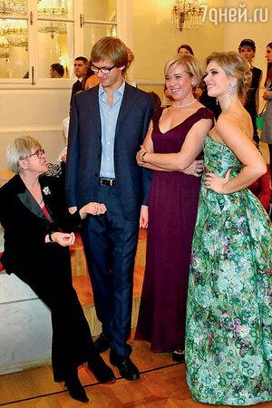 Алиса Фрейндлих с внуком Никитой, дочерью Варварой и внучкой Анной