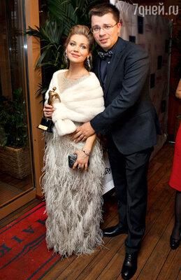 Будучи беременной, Асмус активно выходила в свет ссупругом Гариком Харламовым. Октябрь 2013 г.