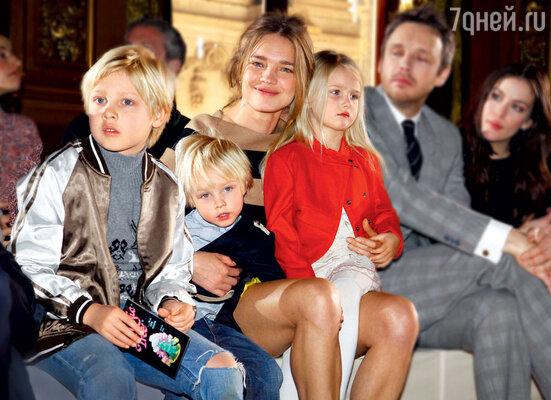 Наталья Водянова со старшими детьми: Лукасом, Виктором и Невой