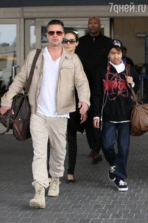 Анджелина Джоли и Брэд Питт с сыном Мэддоксом в аэропорту Лос-Анджелеса