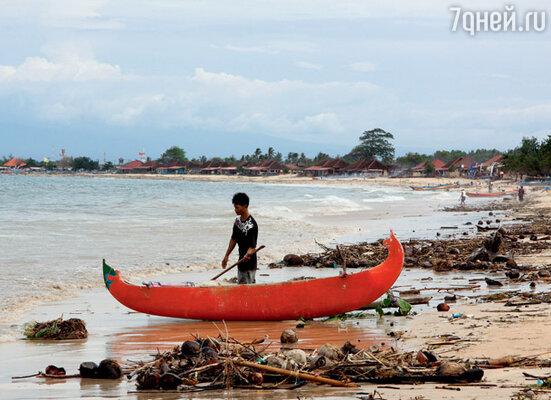 Шторм выбрасывает на пляжи Джимбарана кучи морского мусора