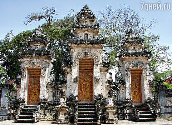 Даже небольшой деревенский храм всегда богато украшен резьбой по камню и дереву
