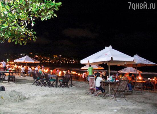 Вечером вся бухта расцвечивается огнями — сотни людей дегустируют в прибрежных ресторанах плоды труда рыбаков