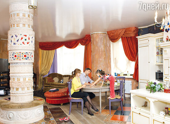 Колонна в доме Владимира Вдовиченкова и Ольги Филипповой украшена лепниной и венецианской плиткой