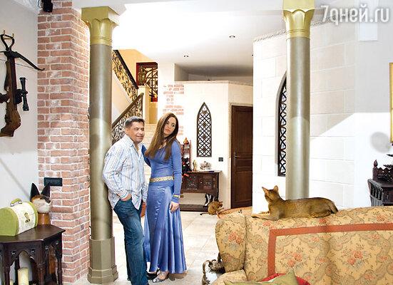 Колонны в гостиной Николая и Натальи Расторгуевых выкрашены в болотный цвет, а капители покрыты матовой золотистой краской