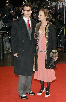 …Они встретились летом 1998 года в Париже,  в клубе «Костес», неподалеку от Вандомской площади. 36-летний Джонни тогда снимался у Романа Поланского,  а Ванесса переживала очередное любовное разочарование