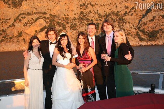 Наоми Ланг (в центре) на свадьбе Петра Чернышева и Анастасии Заворотнюк