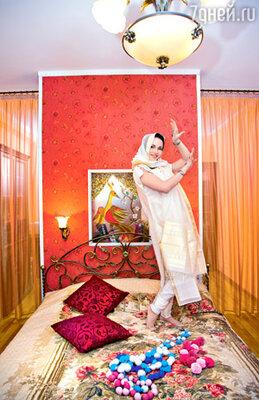 Актриса коллекционирует костюмы народов мира и привозит из каждого отпуска что-нибудь особенное, например этот индийский наряд...
