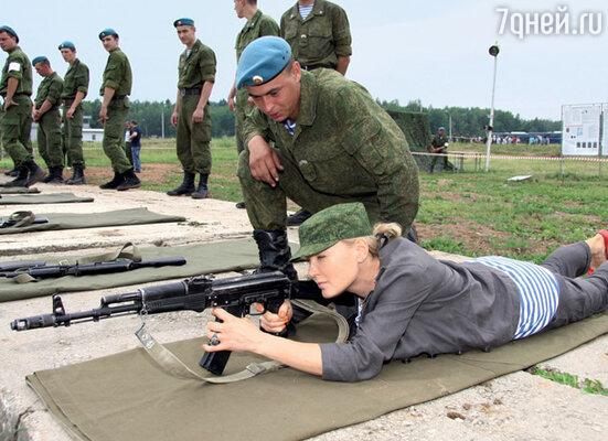 Лариса Вербицкая на полигоне 45-го отдельного Гвардейского полка ВДВ в поселке Кубинка