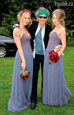 Александра и Теодора с отцом Китом Ричардсом. 2008 г.