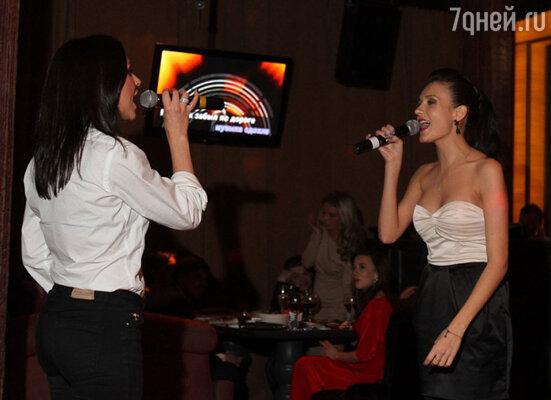Прозвучали не только песни из репертуара группы: например, Надя Ручка и Марина Бережная удивили всех гостей своей трактовкой песен Земфиры