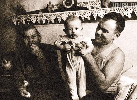 Мой отец Василий Васильевич Челобанов работал главным инженером на заводе, а мама Нина Петровна воспитывала троих детей...