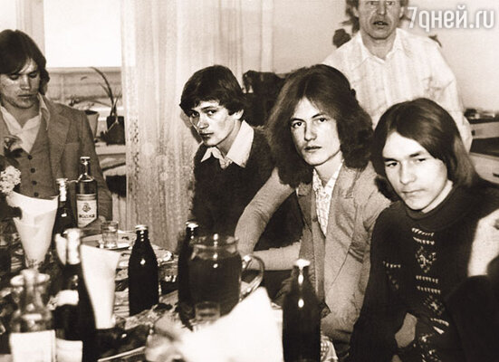Шумные компании, девочки, портвейн «Агдам», от которого потом крутило живот, и гитара — самый «фасон» того времени. Романтика!