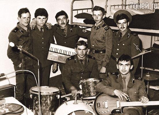 Когда вечером я взял гитару и спел дембелям, они сказали: «Считай, что твоя служба закончилась!» (Сергей крайний слева в армейском ансамбле)