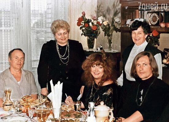 Мои родители приняли у себя дома Машу с большим почетом. (Василий Васильевич, Нина Петровна, тетя Тамара, Алла и Сергей)