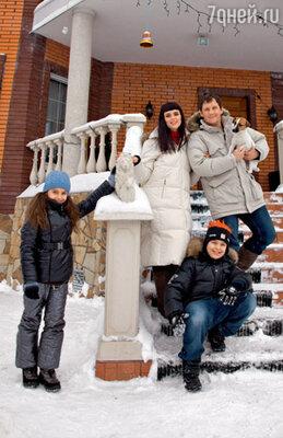 Олег Филипчик с супругой Натальей, сыном Сашей, дочерью Олей и любимицей семьи джек-рассел-терьером Липой на пороге своего подмосковного дома