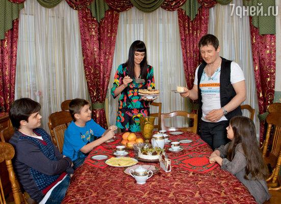 Торт не разрезали до приезда с учебы студента МГСУ Артемия — старшего сына Олега