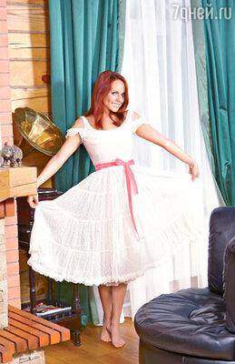 В этом белом воздушном платье певица выходит на сцену только босиком