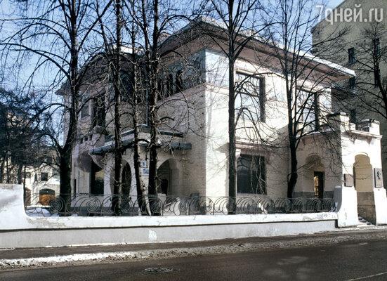 В Москве ему отдали бывший особняк миллионера Рябушинского— шедевр архитектора Шехтеля, с мозаичными ирисами на стенах, суникальной лестницей, входящей в мировые учебники по архитектуре. А еще — две виллы: под Москвой, в Горках, и в Крыму, в Тессели. Дляпоездок по стране — специально оборудованный железнодорожный вагон. Покупать Горькому не приходилось ничего — его снабжение взяло на себя государство. Плюс штат прислуги, плюс два личных врача!