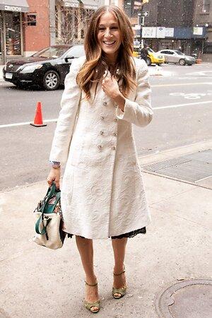 Сара Джессика Паркер в пальто от Dolce & Gabbana, в босоножках из собственной коллекции SJP Collection и с сумкой от Jerome Dreyfuss