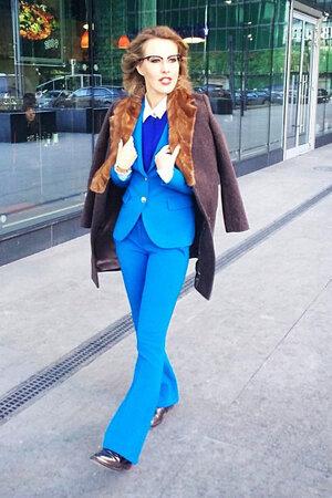 Ксения Собчак в брючном костюме от Emilio Pucci на съемках программы «Сделка»