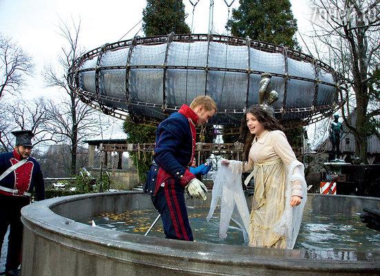 ...при этом вода в фонтане была ледяная!