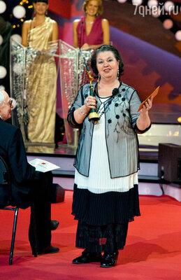 Тамара Петровна Миронова получает приз за своего сына Евгения