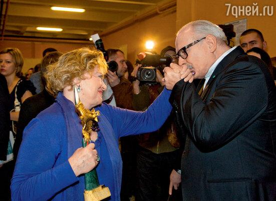 Никита Михалков поздравляет Валентину Талызину («Лучшая женская роль на телевидении» в сериале «Достоевский»)