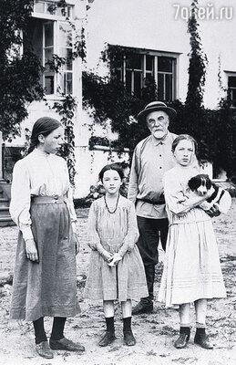 Василий Поленов с дочерьми в своей усадьбе, 1909 год