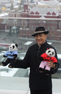 Актер и режиссер Джеки Чан во время фотосессии перед премьерой своего фильма «Доспехи Бога 3: Миссия зодиак»