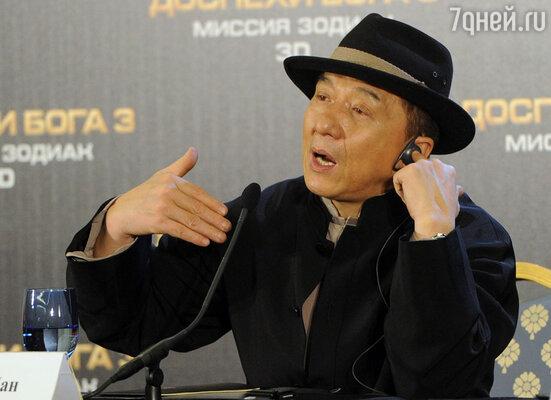 Актер и режиссер Джеки Чан во время пресс-конференции, посвященной премьере фильма «Доспехи Бога 3: Миссия зодиак»