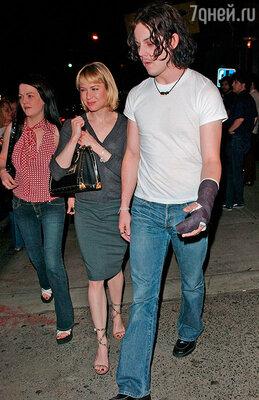 Отношения с лидером группы «The White Stripes» Джеком Уайтом тоже несложились. 2004 г.